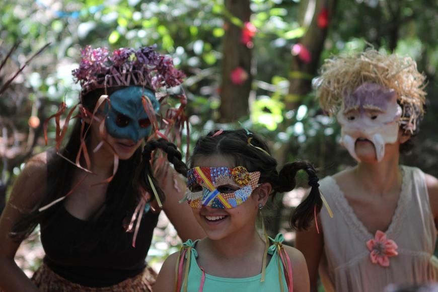Imagem de duas mulheres e uma garota com máscaras de carnaval.