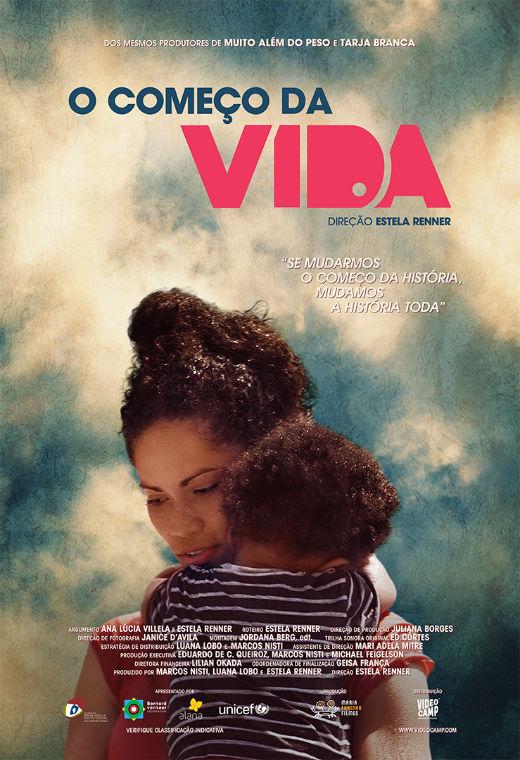 Cartaz do filme O começo da vida. Abaixo do título uma mãe segura uma criança no colo.