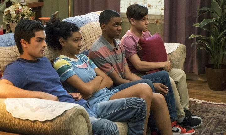 Cesar, Monse, Jamal e Ruby estão sentados em um sofá e parecem desconfortáveis com alguma coisa. Olham preocupados para a frente.