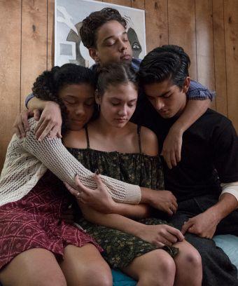 Monse, Olívia, César e Ruby se abraçam todos ao mesmo tempo e de olhos fechados.