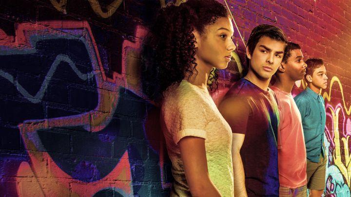 Monse, César, Jamal e Ruby estão encostados em um muro cheio de pichações. Todos olham para a frente, menos César, que olha para Monse.