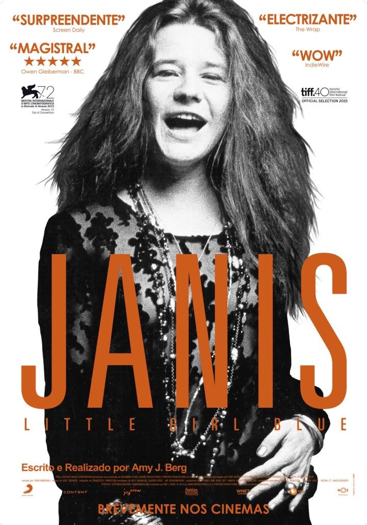 Janis Joplin está em pé, virada para a câmera e sorrindo. Em frente ao seu corpo está o título do filme Janis, Little Girl Blue.
