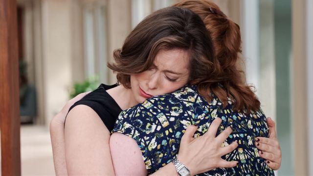 Rebecca abraça Paula e chora em seu ombro.
